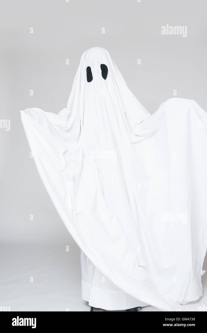 Kind In Einem Halloween Geist Kostüm Stockfoto Bild 118853708 Alamy