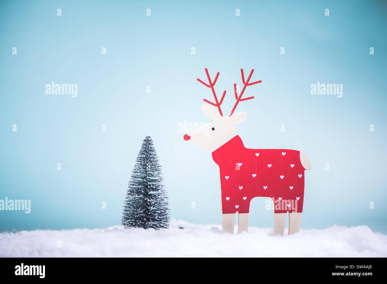 lustige rentiere und weihnachtsbaum im schnee stockfoto. Black Bedroom Furniture Sets. Home Design Ideas