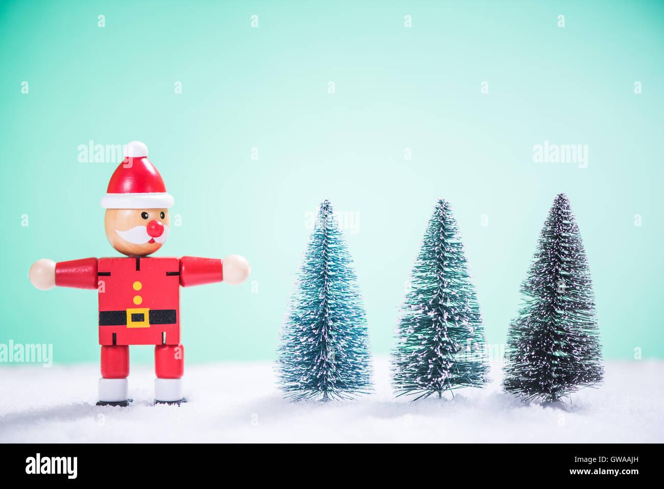 Tannenbaum Lustig.Lustige Weihnachtsmann Und Tannenbaum Im Schnee Auf Hellem
