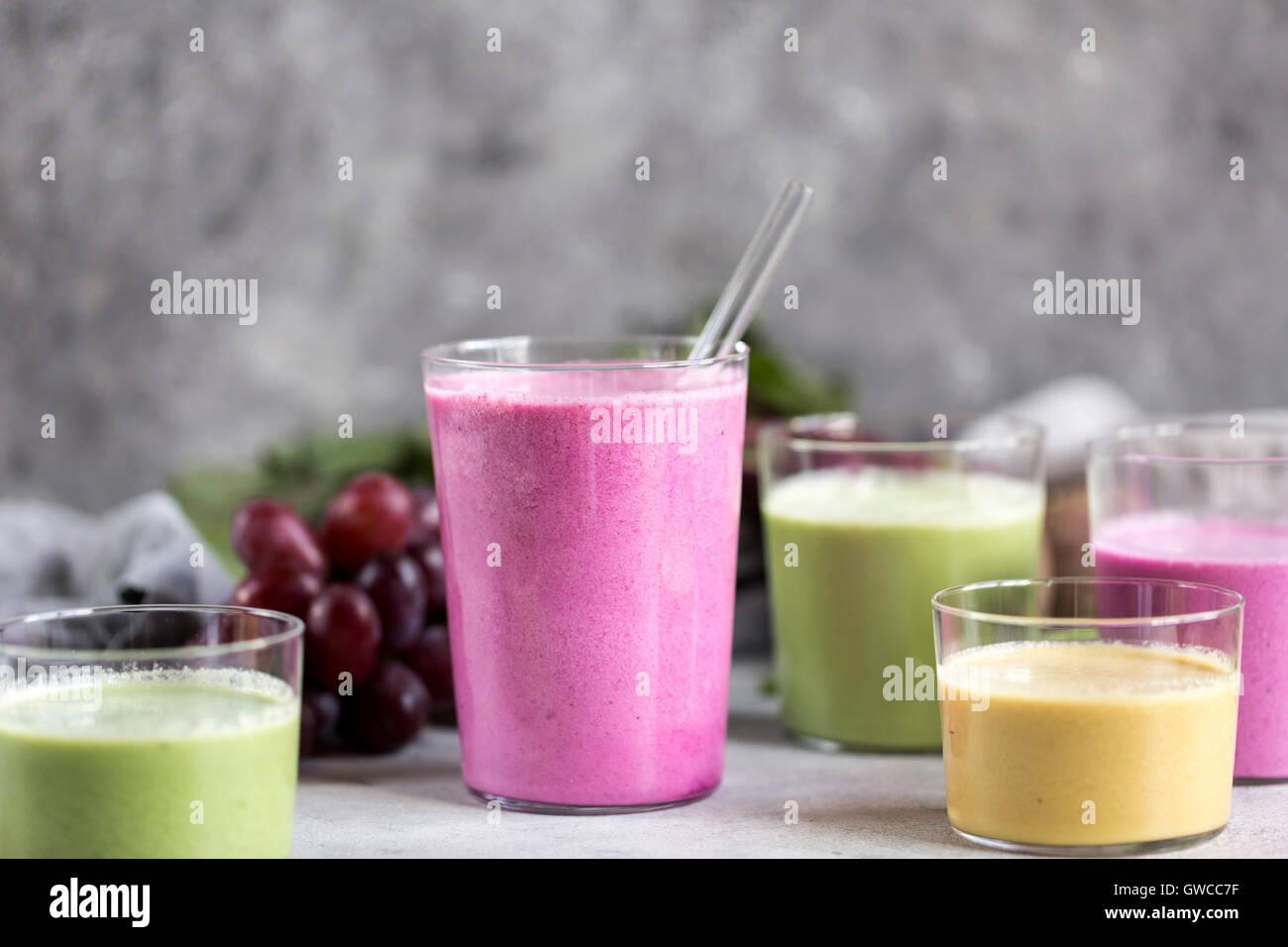 Mehrere Gläser mehrfarbig Rüben Smoothies werden aus der Vorderansicht fotografiert. Stockbild