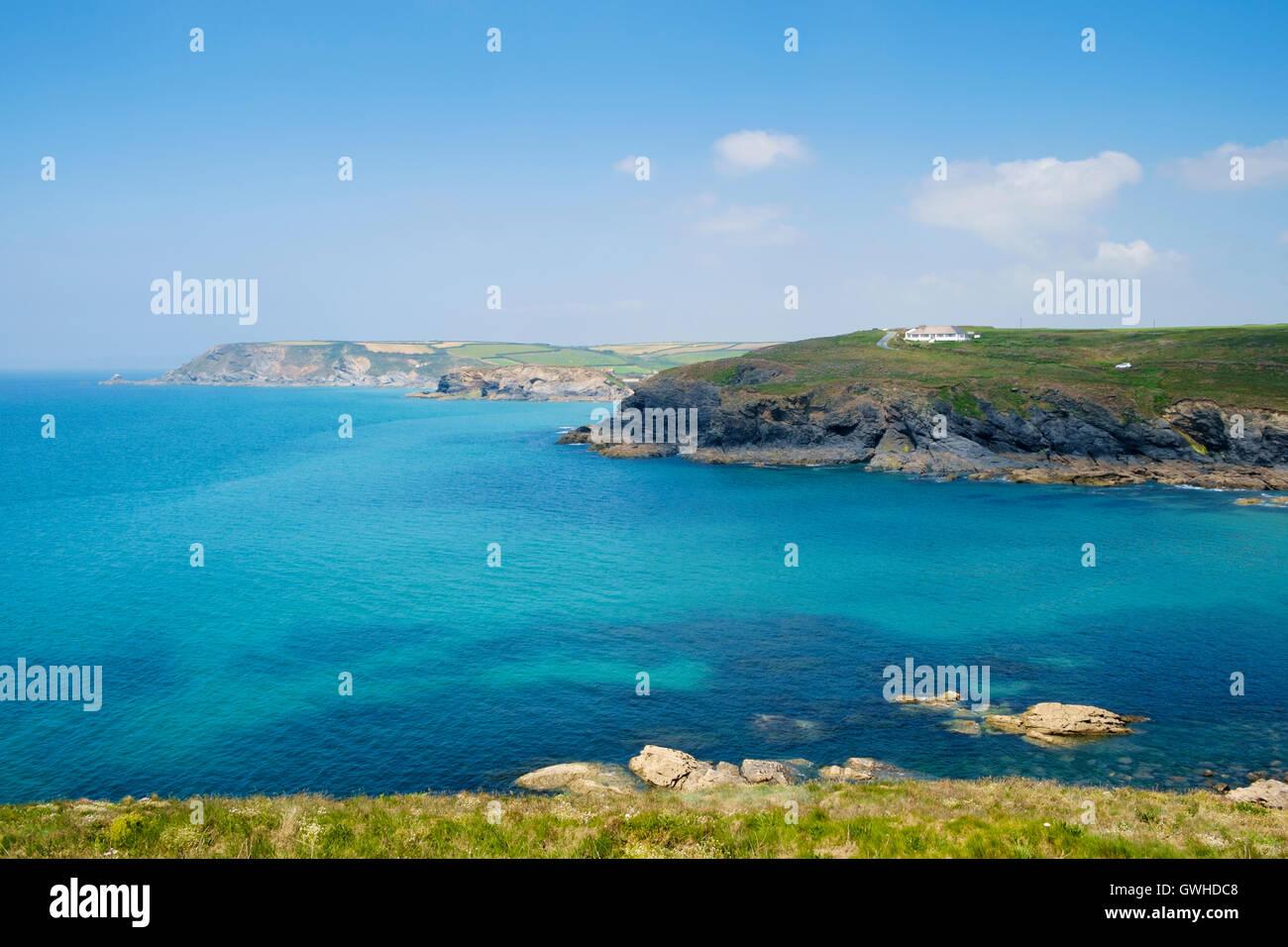 Klare blaue Meer vor der Küste von Poldhu Cove, Lizard Halbinsel, Cornwall, England, Großbritannien im Stockbild