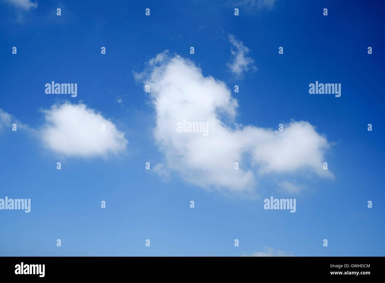Blauer Himmel mit Cumulus-Wolken - nachschlagen Stockbild