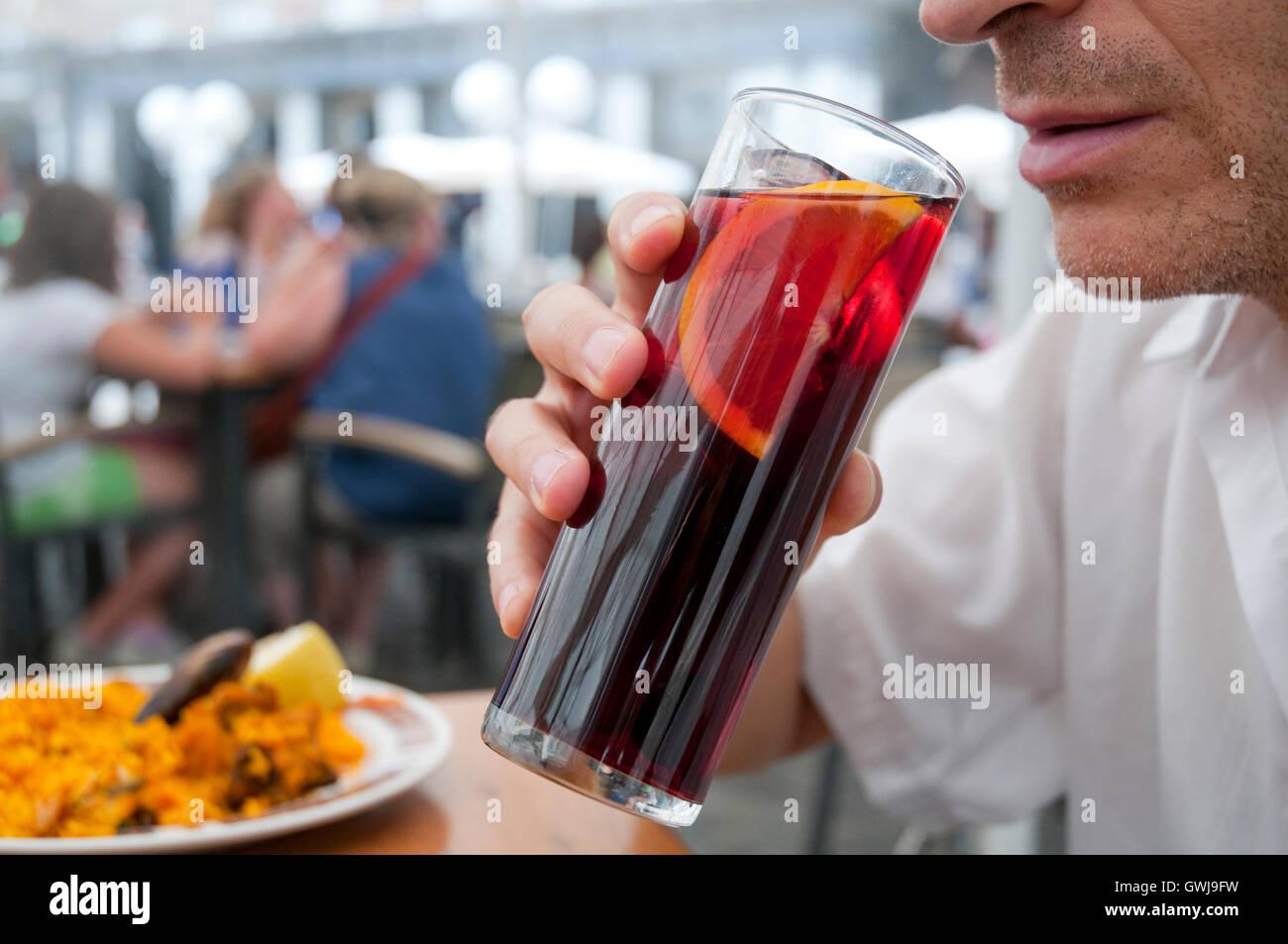 Menschen trinken Sangria, typisches spanische Getränk aus Rotwein ...