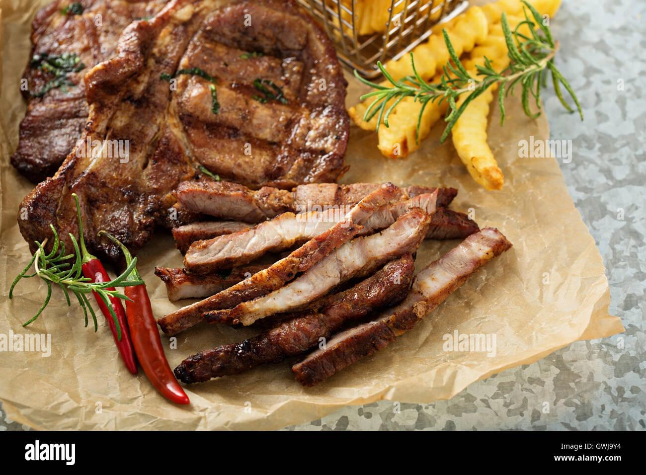 Gegrilltes Schweinefleisch mit Pommes frites Stockbild