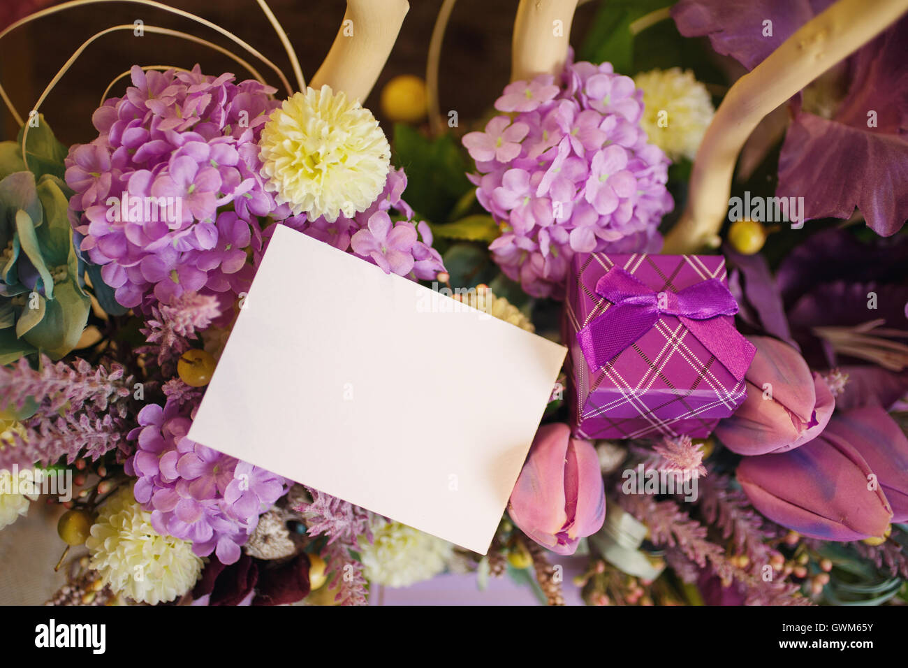 blumen im korb neben leere karte textfreiraum stockfoto bild 119072519 alamy. Black Bedroom Furniture Sets. Home Design Ideas