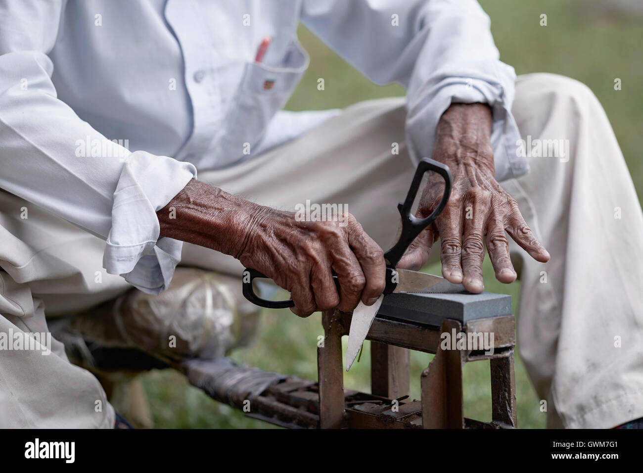 messer-schleifmaschine der schere schärfen stockfoto, bild