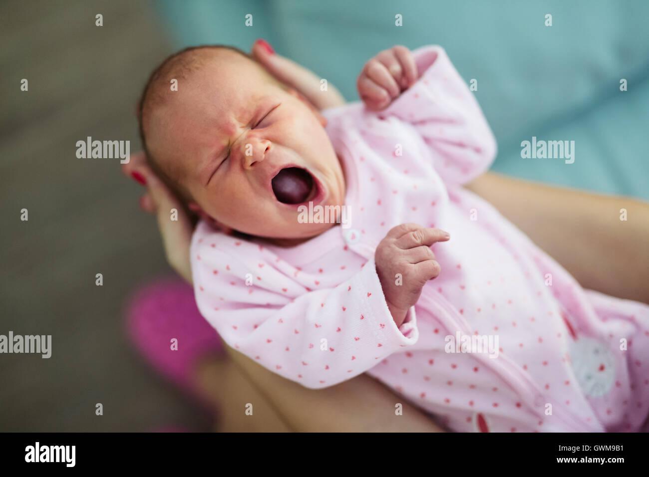 Schreien, niedlichen Babys und unruhige Nächte sind unvermeidlich Stockbild