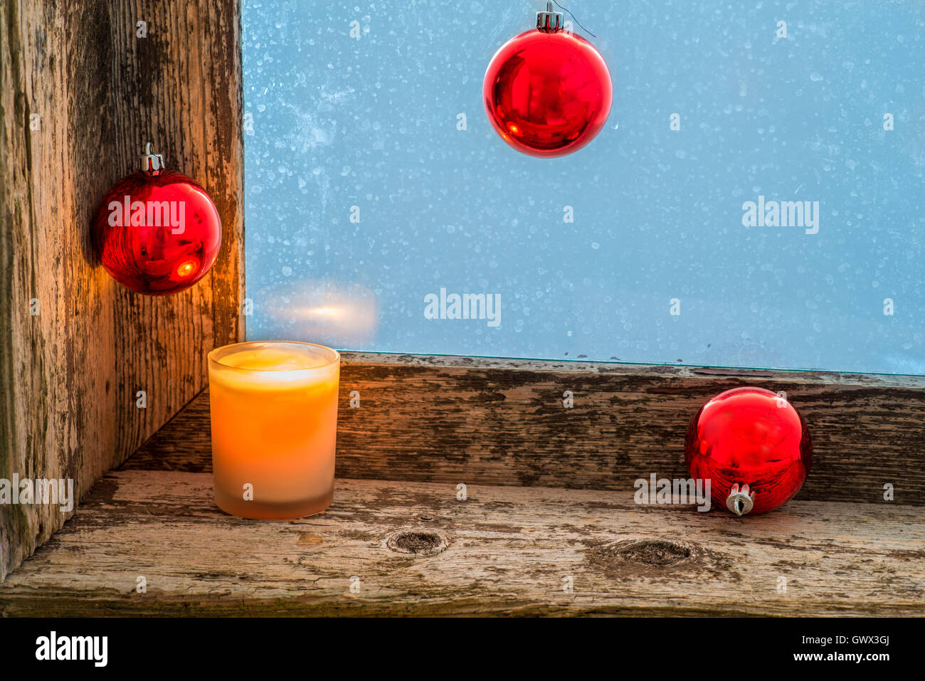 Beleuchtete Weihnachtskugeln.Beleuchtete Kerze Und Weihnachtskugeln Auf Der Fensterbank