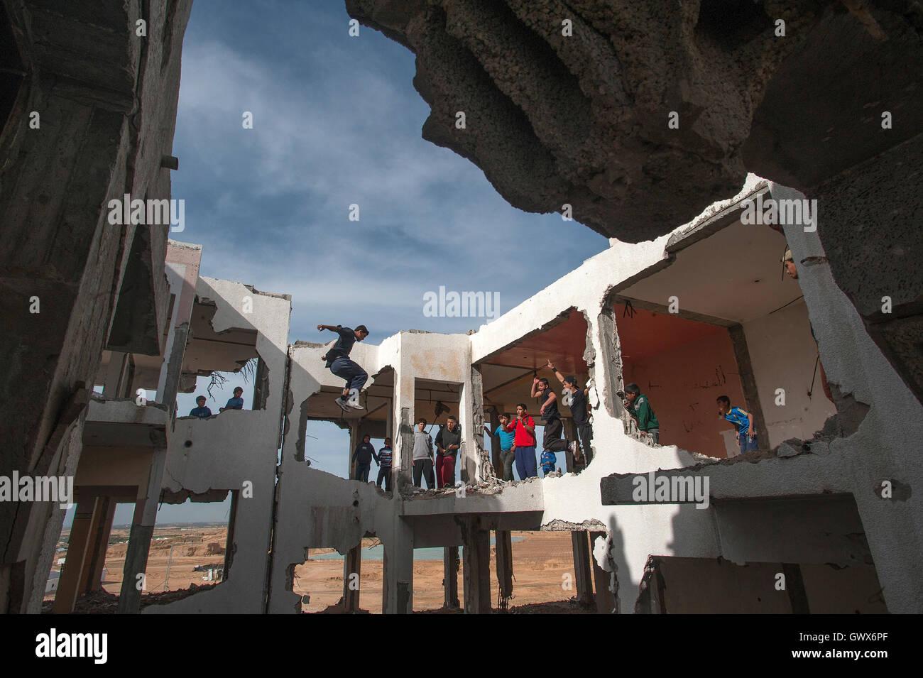 """""""3 Run Gaza"""" bei der bombardiert, Reste eines flachen komplexes 2014 während Israels """"Operation Stockbild"""
