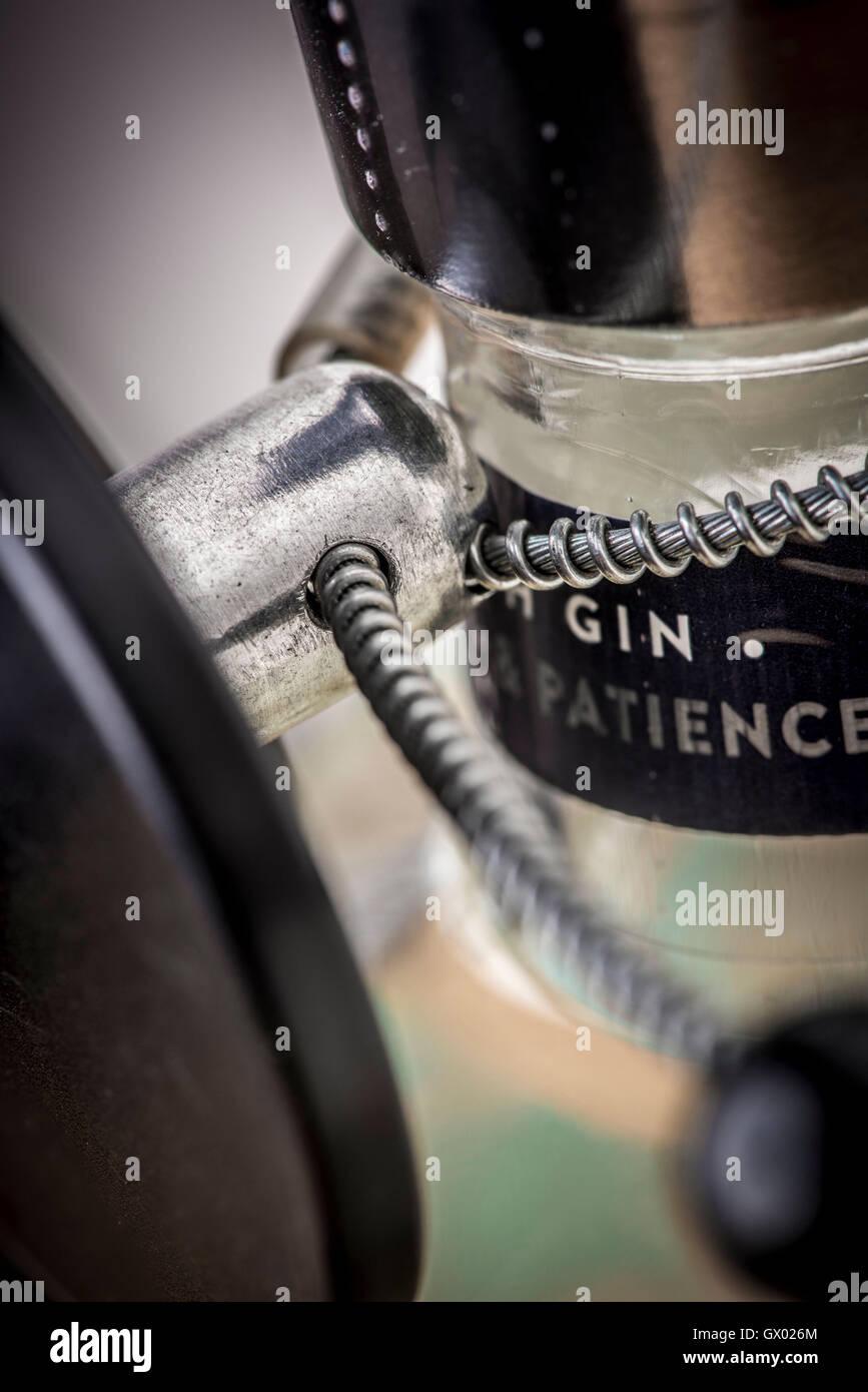 Anti Diebstahl Sicherheitsetikett auf Gin Flaschenhals. Stockbild