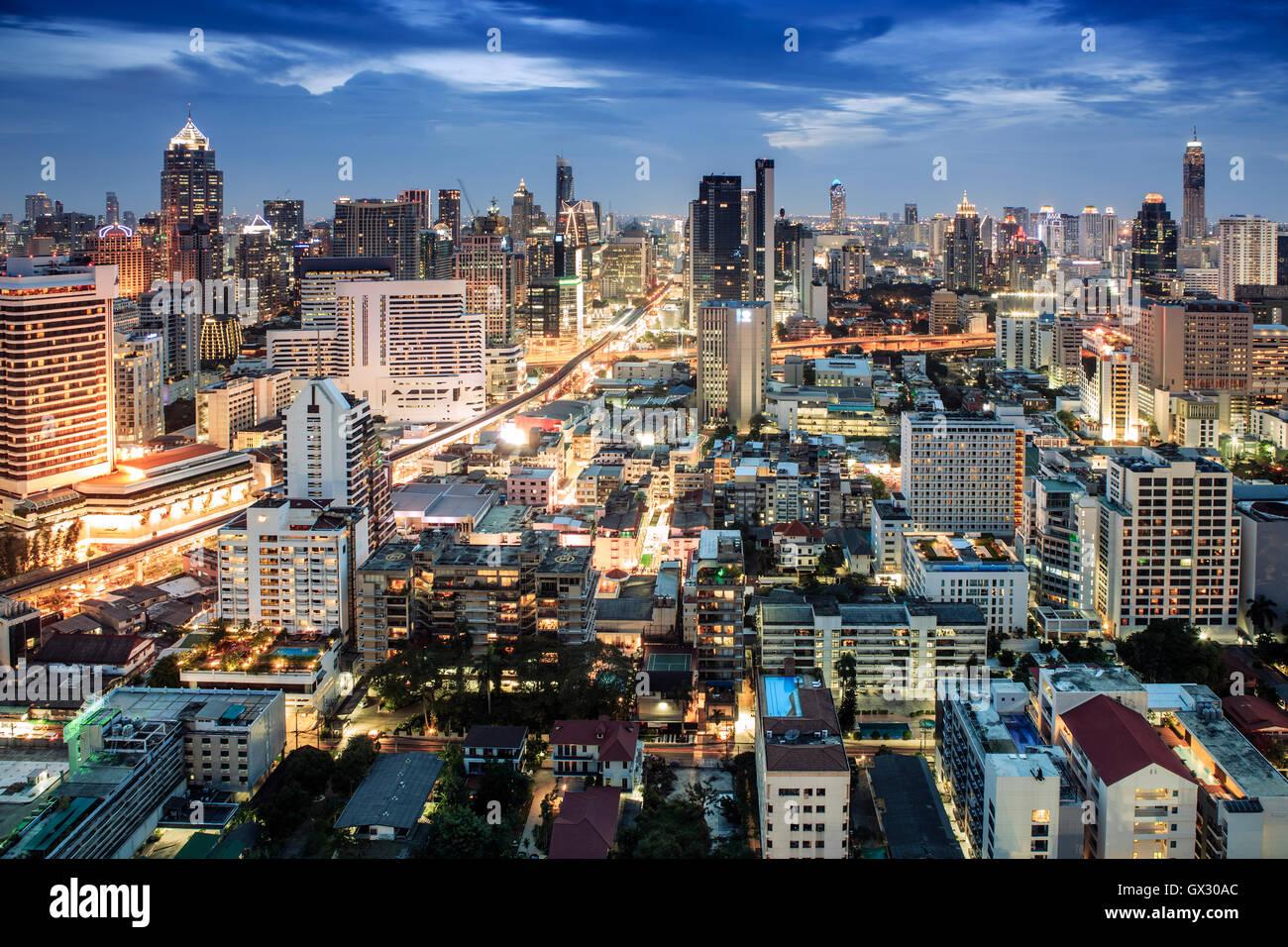 Bangkok Stadt Skyline bei Nacht - Skytrain-Bahn-Linie & touristischen Gegend um Sukhumvit zeigt Chit Lom und Stockbild