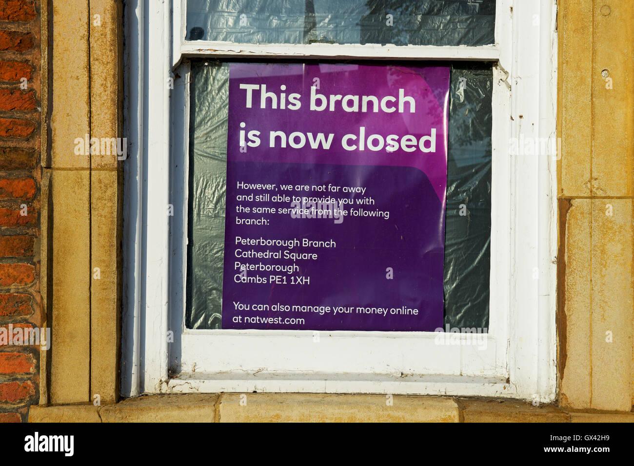 Schild im Fenster Mitteilung an Kunden, die dieser Zweig der Natwest Bank jetzt ist geschlossen, England UK Stockbild