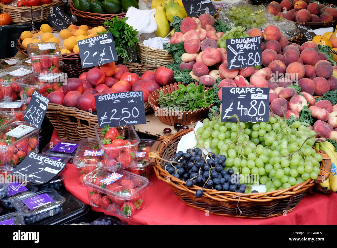 fruit and veg basket stockfotos fruit and veg basket bilder alamy. Black Bedroom Furniture Sets. Home Design Ideas