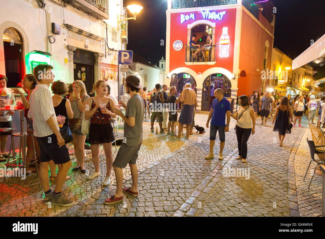 Die Menschen genießen das Nachtleben, das Stadtzentrum von Lagos, Lagos, Algarve, Portugal, Europa Stockbild