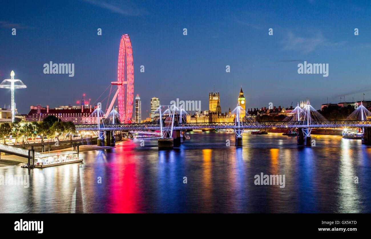 London Eye-Skyline bei Nacht aus Waterloo Bridge London UK Stockbild