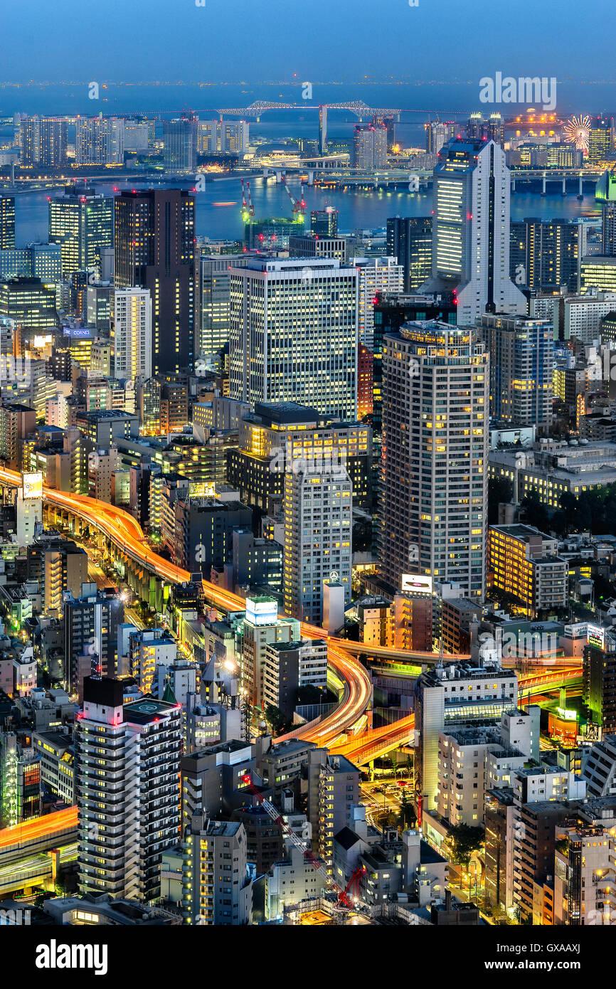Japan, Honshu-Insel, Kanto, Tokio, Übersicht in der Abenddämmerung. Stockbild