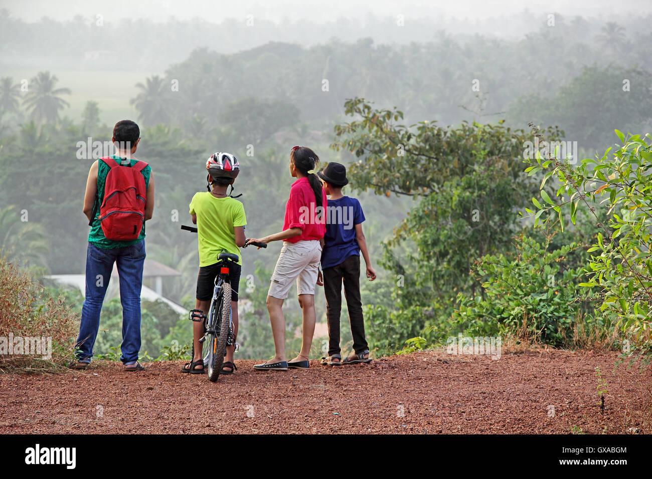 Gruppe von trekking und Radfahren Enthusiasten anhalten, um die schöne Landschaft von Hügeln und Tälern Stockbild