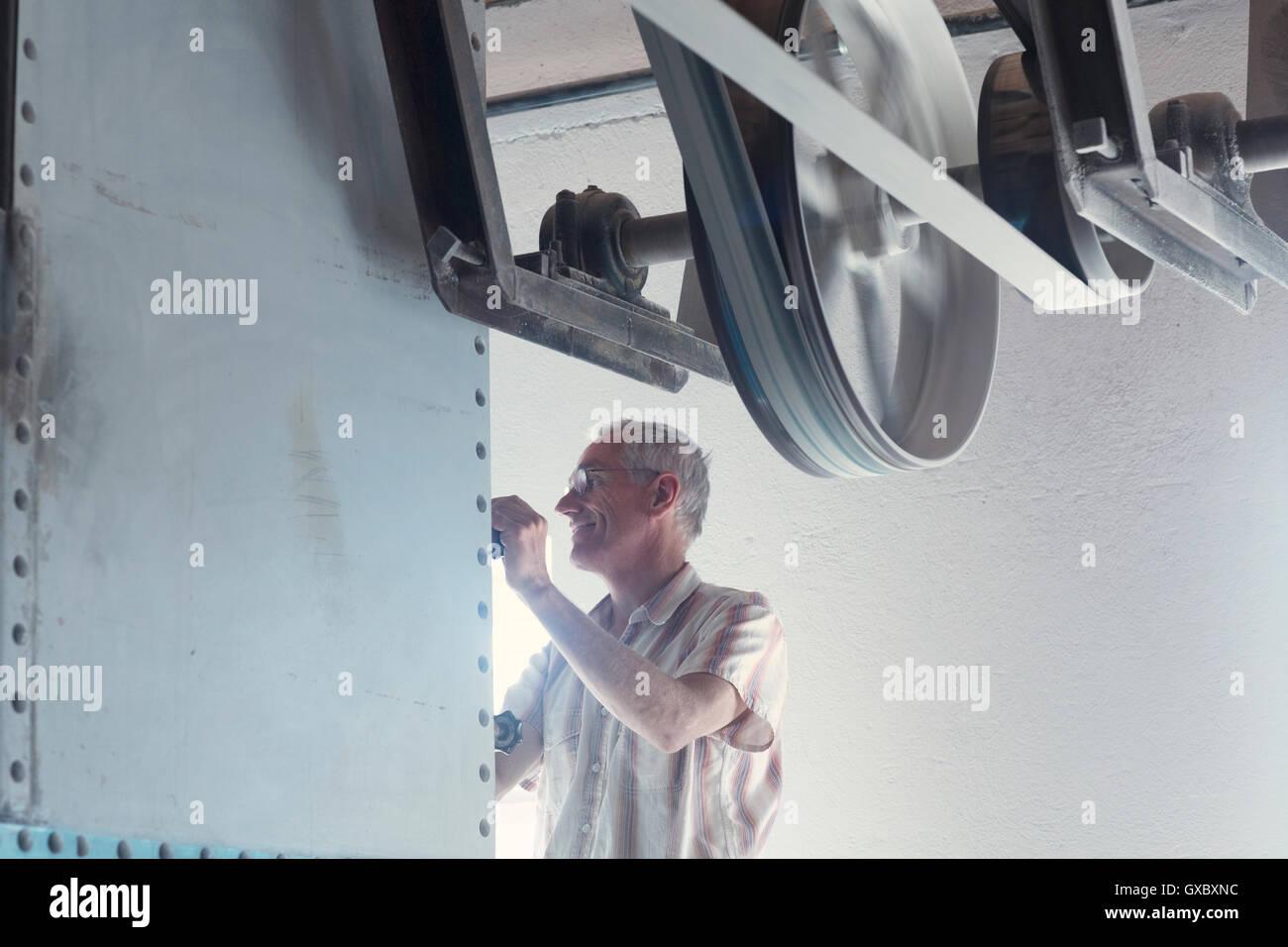 Männliche Miller Maschine in Weizen-Mühle in Betrieb Stockbild