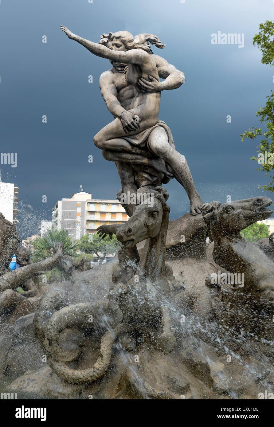 Brunnen mit mythologischen Skulpturen von Prosperina in Catania, Sizilien, Italien Stockbild