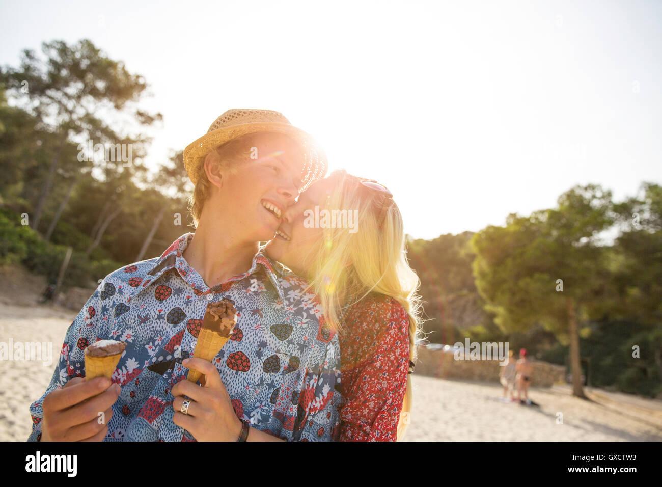 Paar mit Eistüten umarmt, Mallorca, Spanien Stockbild