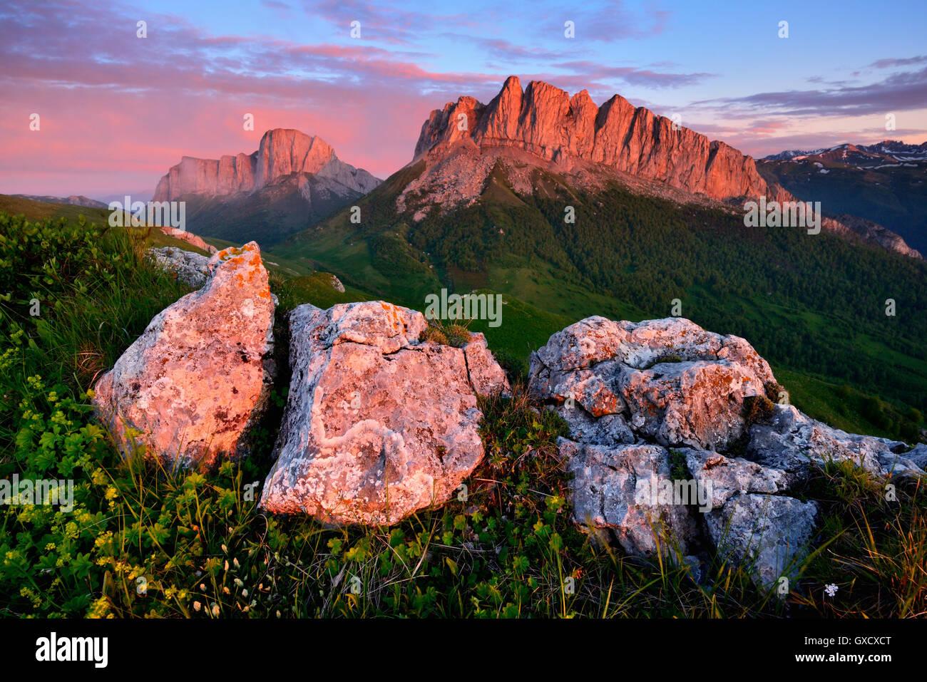Sonnenuntergang über Acheshboki Berge im Hintergrund, Bolschoi Thach Naturpark, Kaukasus, Republik Adygea, Stockbild