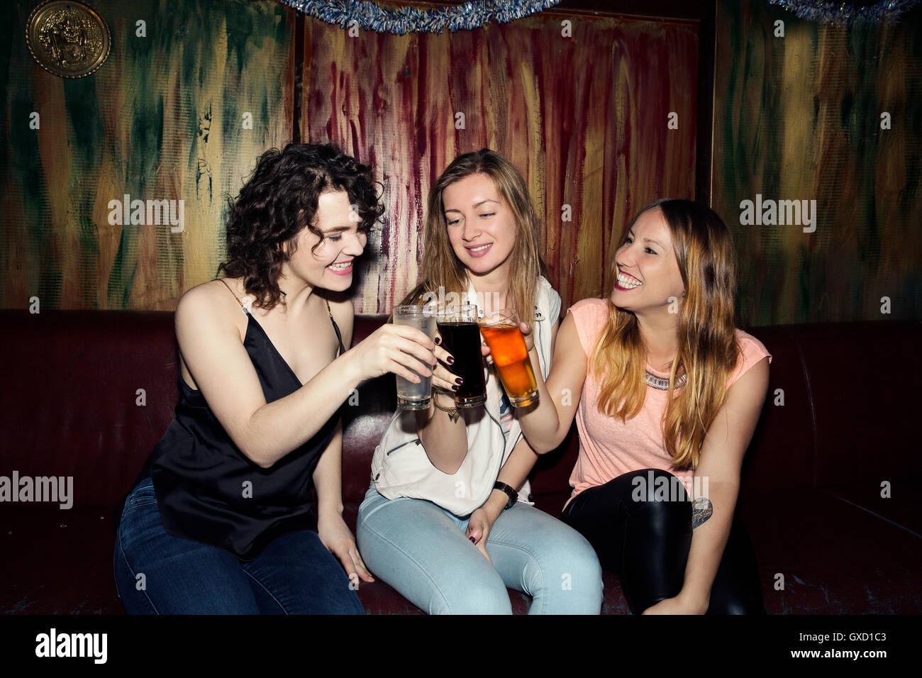 Drei Erwachsene Freundinnen ein Glas in der Bar Stockbild