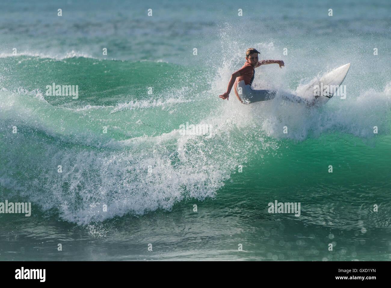 Eine junge Finn Collins in spektakulären Surf-Action am Fistral in Newquay, Cornwall. VEREINIGTES KÖNIGREICH. Stockbild