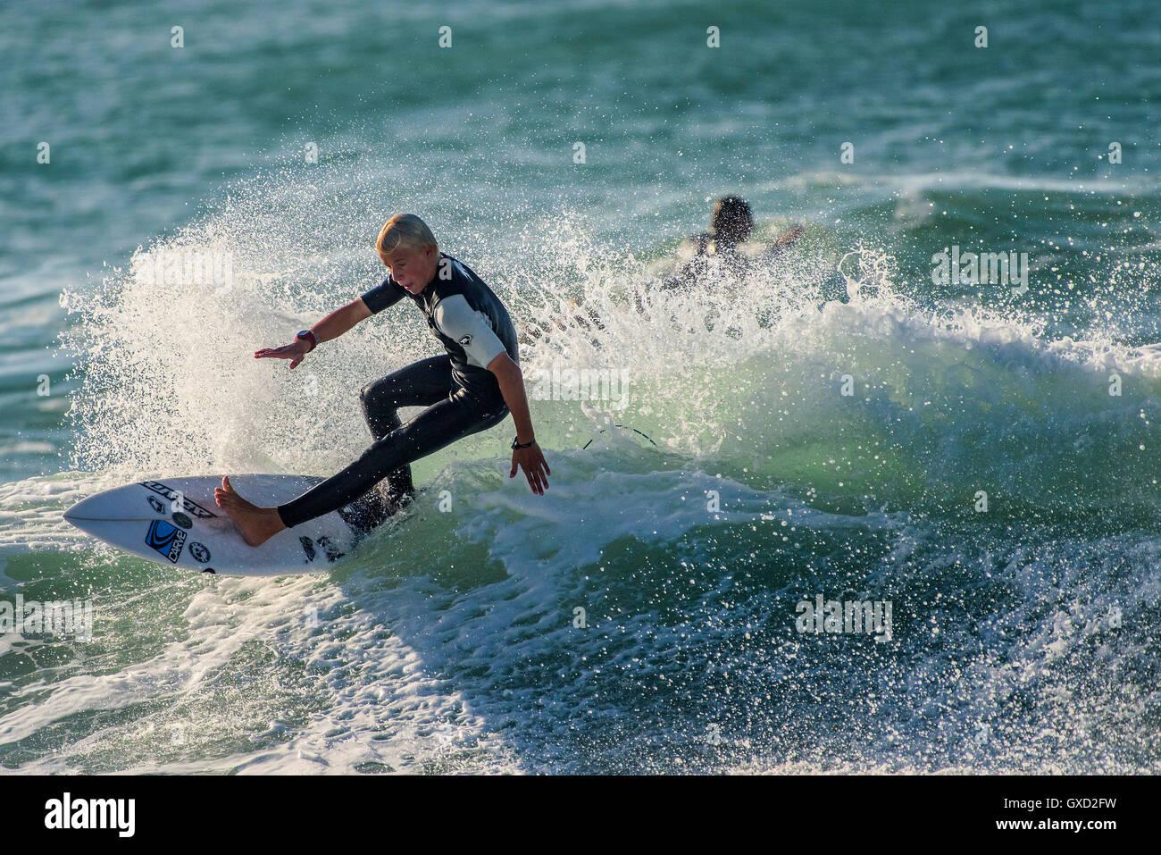 Eine junge Sol Hawkins in spektakulären Surf-Action am Fistral in Newquay, Cornwall. VEREINIGTES KÖNIGREICH. Stockbild