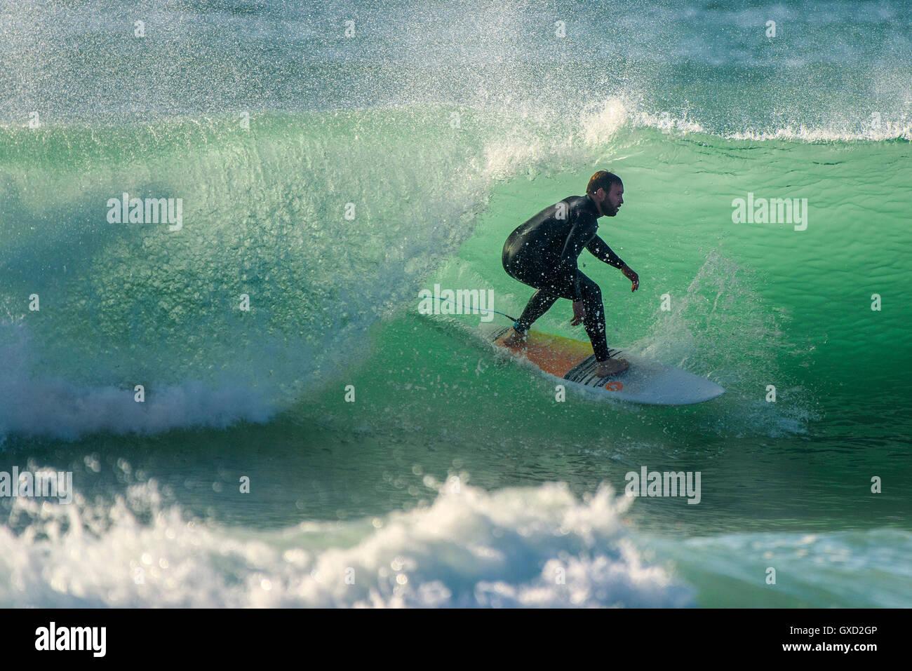 Ein Surfer in spektakulären Aktion am Fistral in Newquay, Cornwall. VEREINIGTES KÖNIGREICH. Stockbild