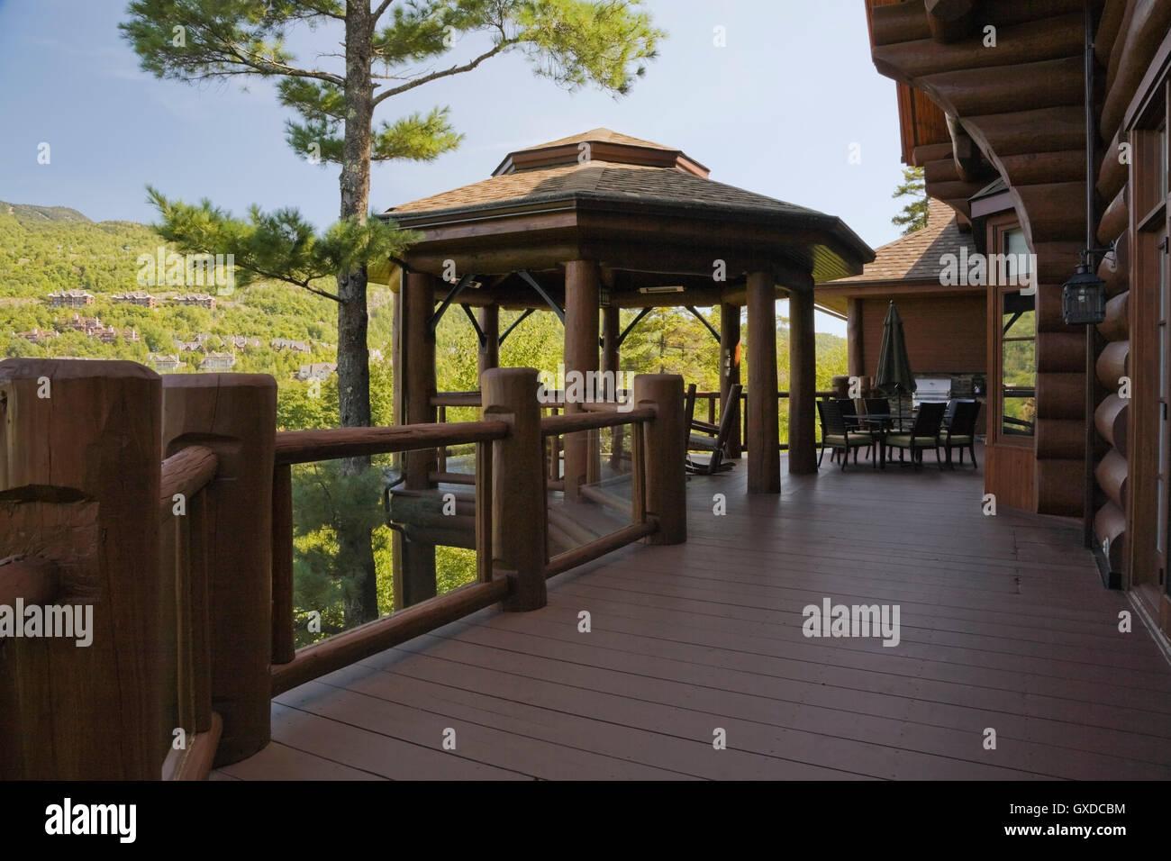 Braune Pavillon Auf Holzterrasse Mit Gehartetem Glas Und Log