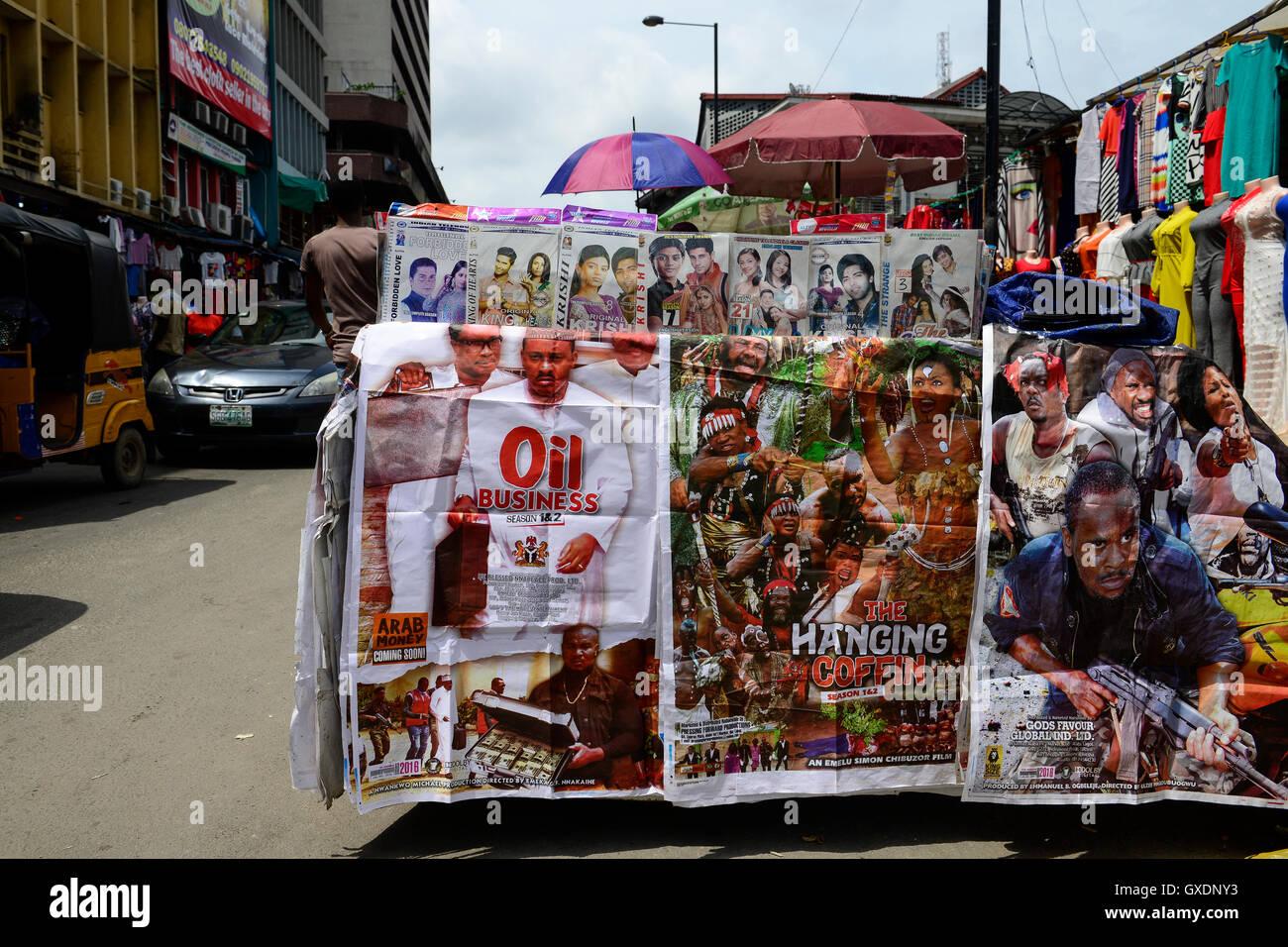 Stadt Lagos, NIGERIA am Straßenrand verkaufen der bewegten Bilder von der nigerianischen Filmindustrie Nollywood Stockbild
