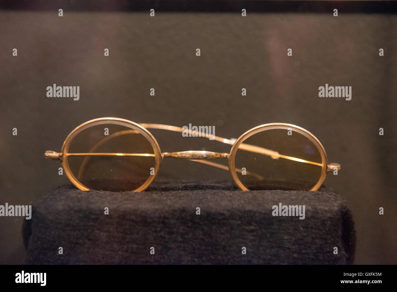 John Lennons klassische Runde-Frame Brille sitzen auf dem Display ...