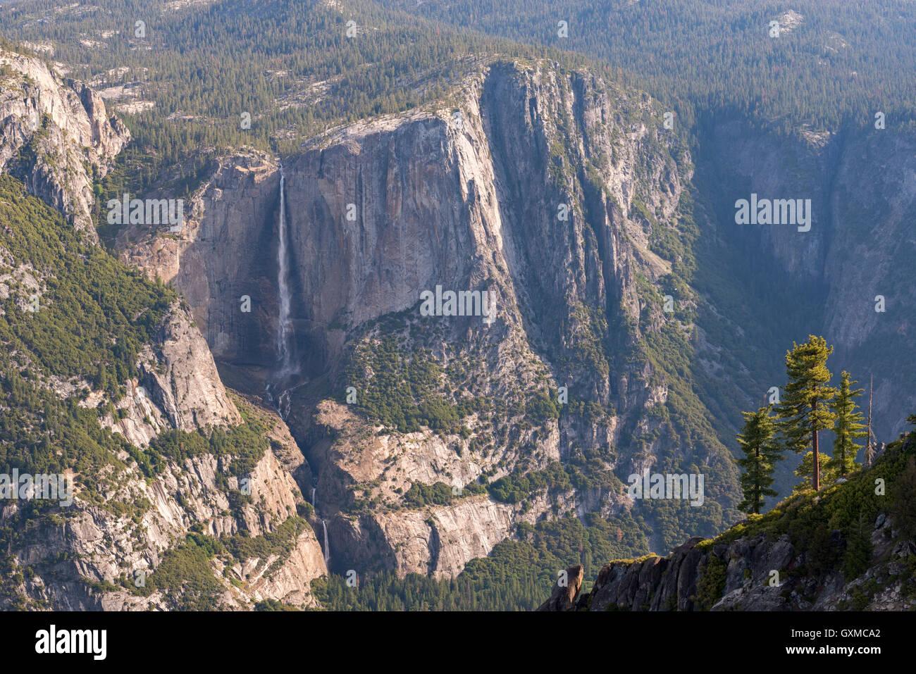 Yosemite Falls fotografiert aus Taft Point, Yosemite-Nationalpark, Kalifornien, USA. (Juni) Frühjahr 2015. Stockbild