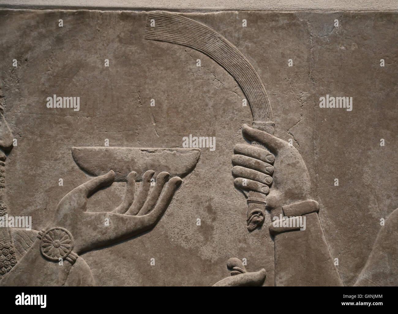 Relief-König Ashurnasirpal II mit zeremoniellen Schüssel. 883-859 v. Chr. neuassyrischen. Herrschaft von Stockbild