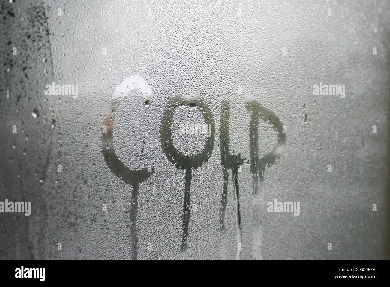 Kalten Text geschrieben in Kondenswasser am Fenster Glasscheibe. Stockbild