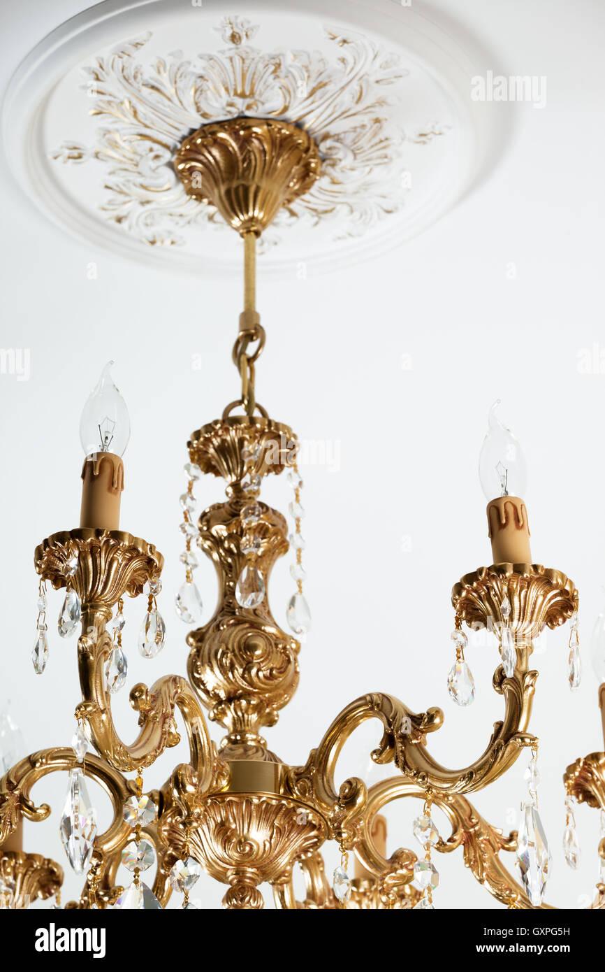 Schöne Bronze Kronleuchter In Einer Modernen Wohnung Stockbild