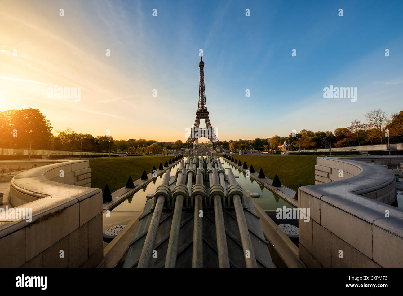 Sonnenaufgang im Eiffelturm in Paris, Frankreich. Eiffelturm ist berühmter Ort in Paris, Frankreich. Stockbild