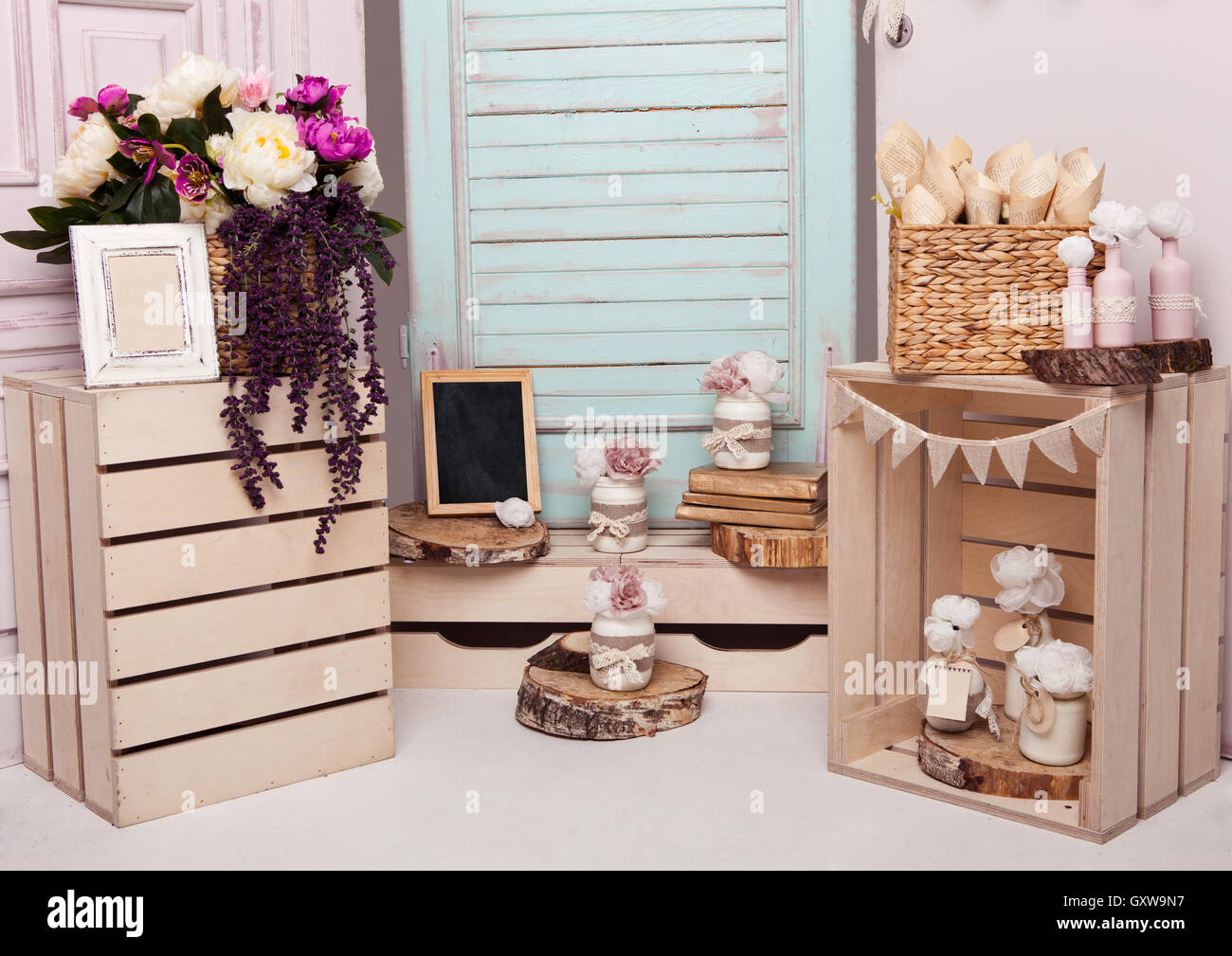 Innendekoration-Setup mit Blumen und Bilderrahmen. Rosa Türen ...