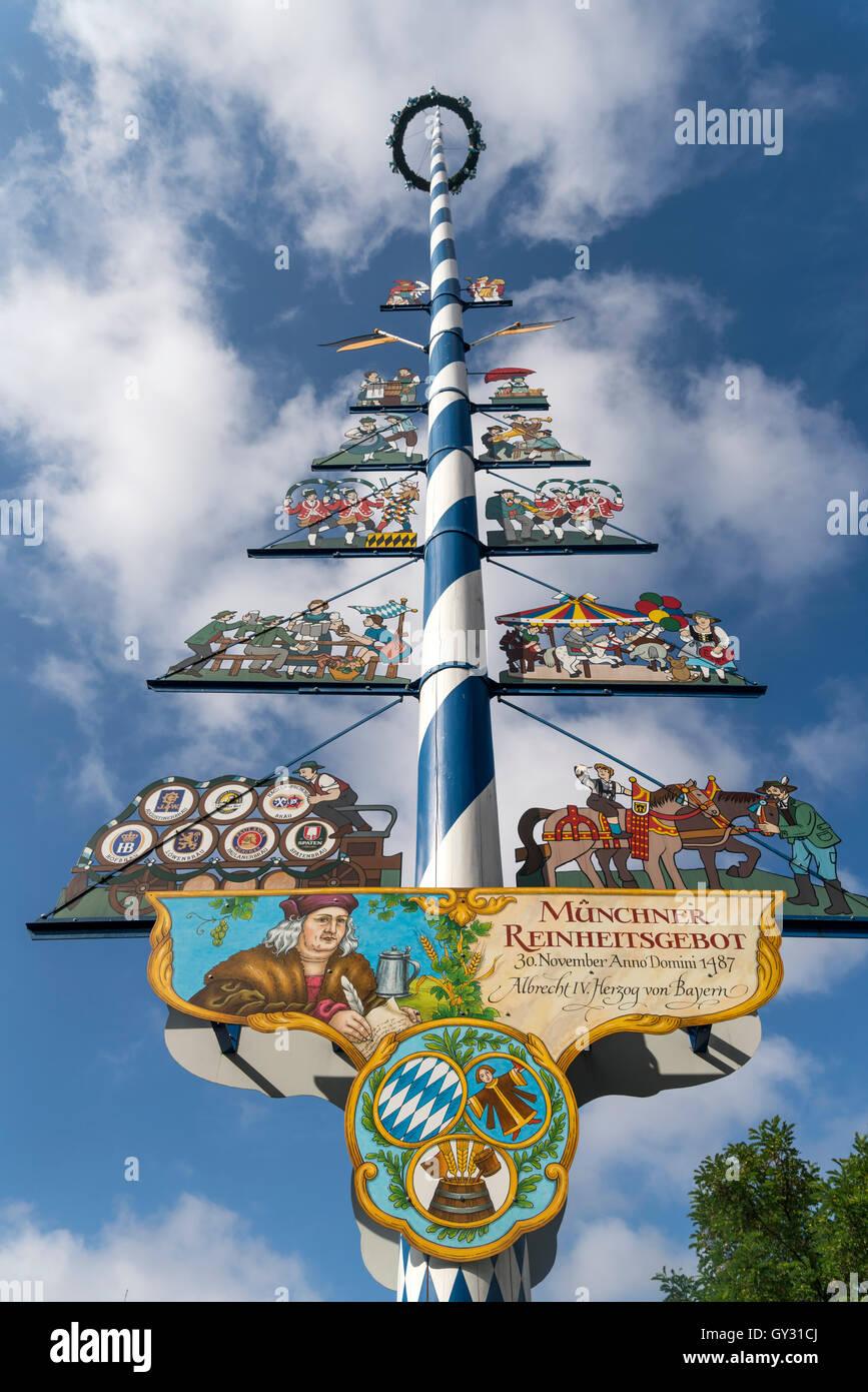 Maibaum auf dem Viktualienmarkt, Lebensmittel-Marktplatz in München, Bayern, Deutschland Stockbild