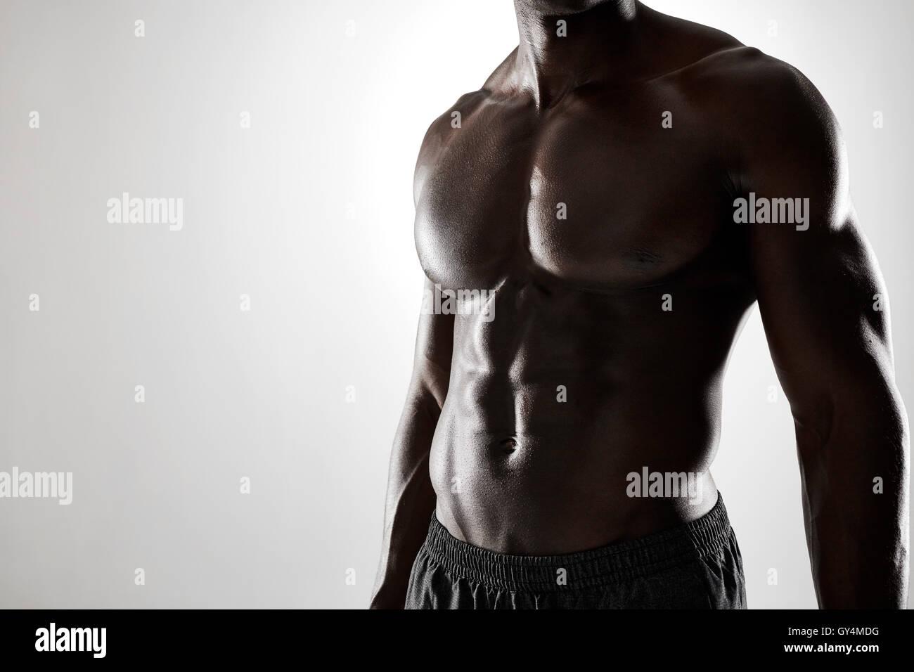 Schuss von jungen afrikanischen Mann mit muskulösen Körper vor ...