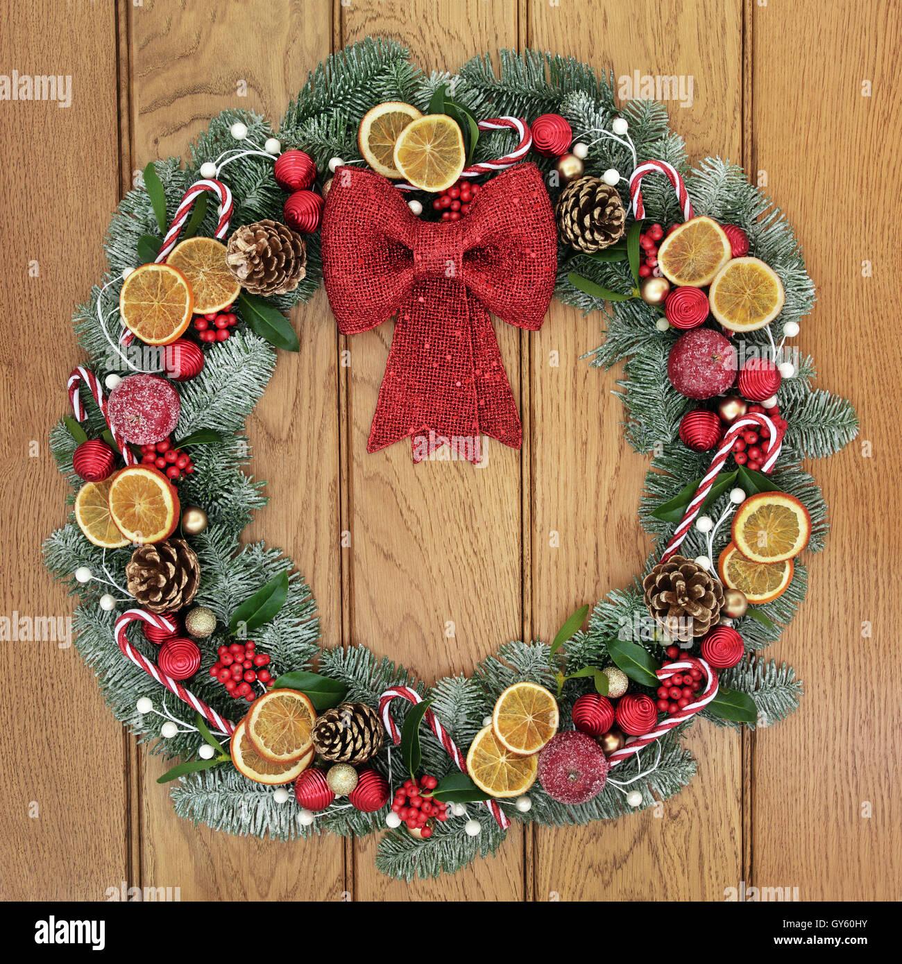 adventskranz mit roter schleife dekoration getrocknete fr chte zuckerstangen kugeln. Black Bedroom Furniture Sets. Home Design Ideas