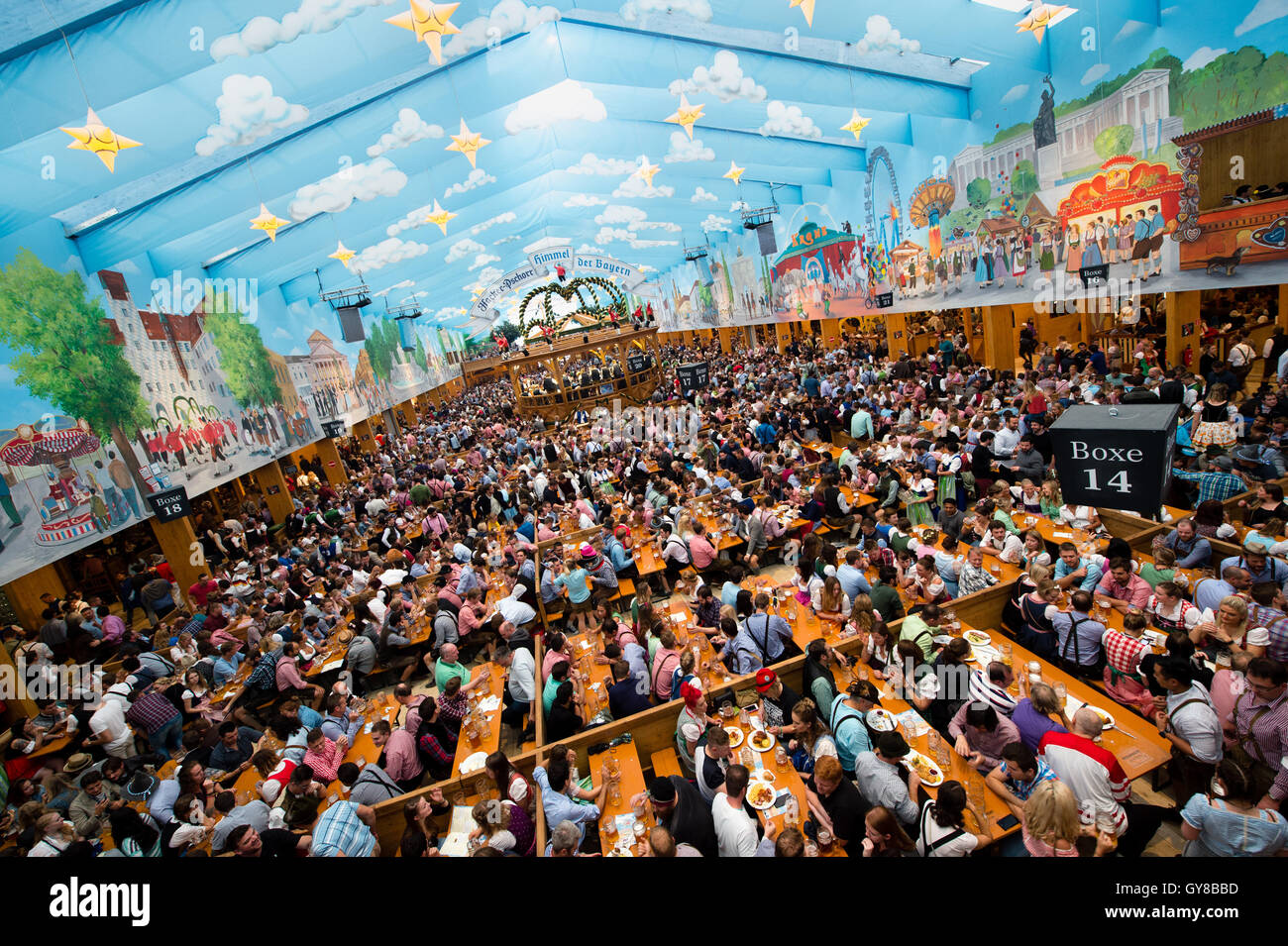 inside beer tent oktoberfest munich stockfotos inside beer tent oktoberfest munich bilder alamy. Black Bedroom Furniture Sets. Home Design Ideas