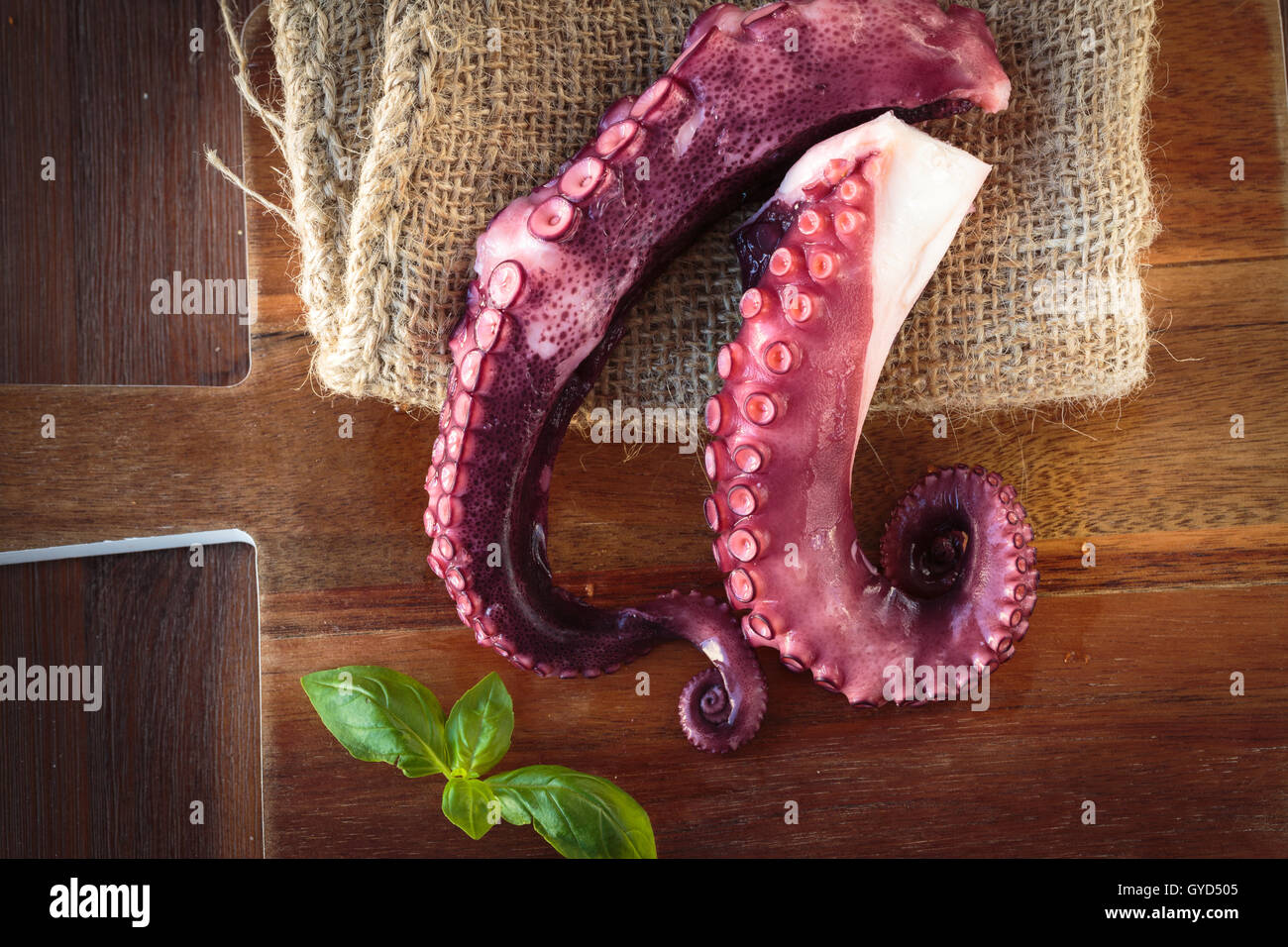 Sehr lecker gekochten Tintenfisch Tentakeln auf ein Schneidebrett Stockbild
