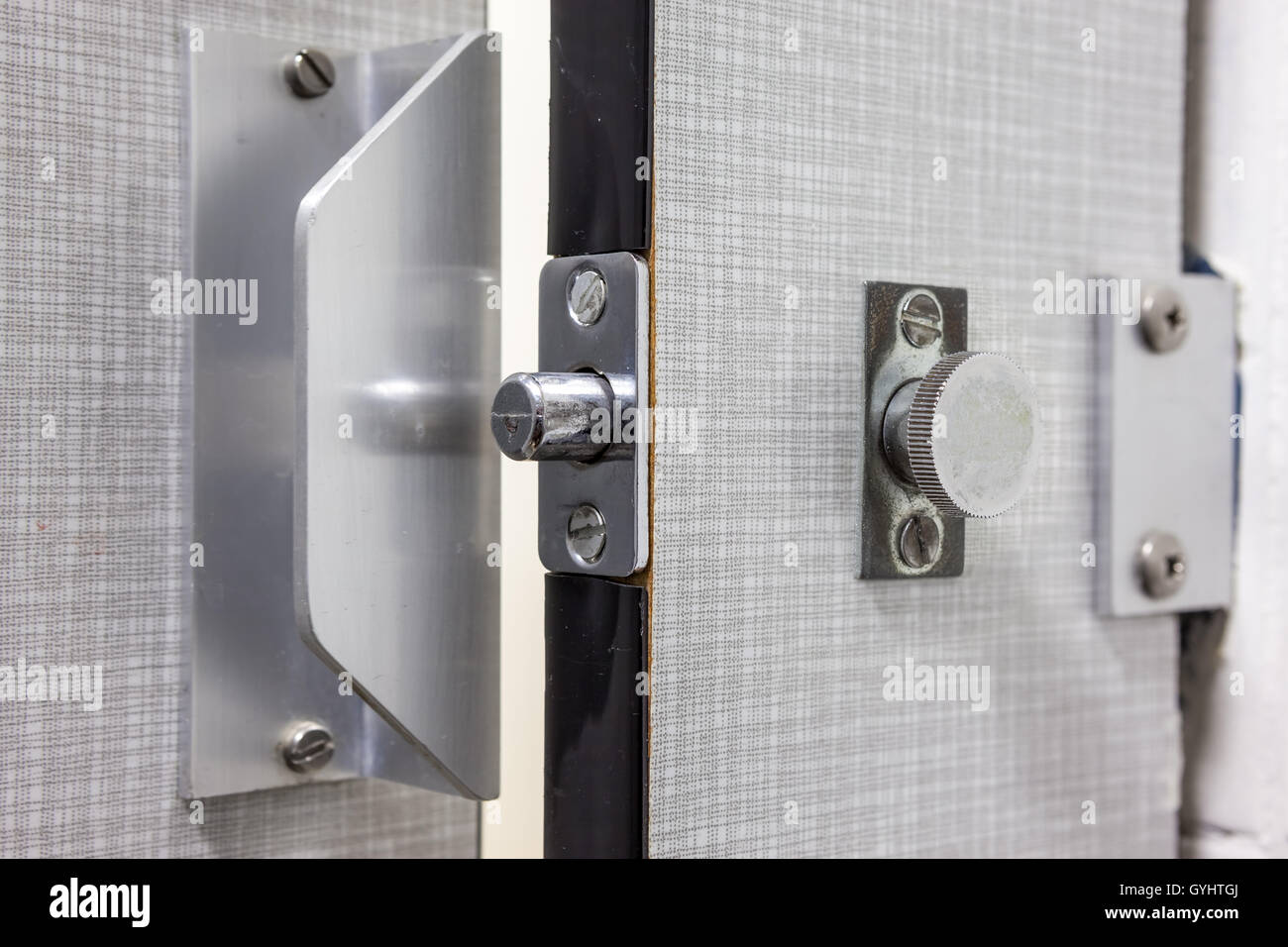 ein Türschloss Metall Toilette im Badezimmer Stockfoto, Bild ...