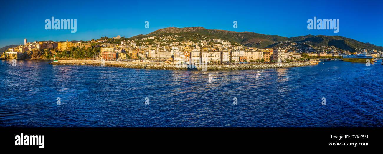 Korsika Ferry Terminal im Hafen von Bastia mit der alten Stadt und Leuchtturm, Frankreich, Europa. Stockbild