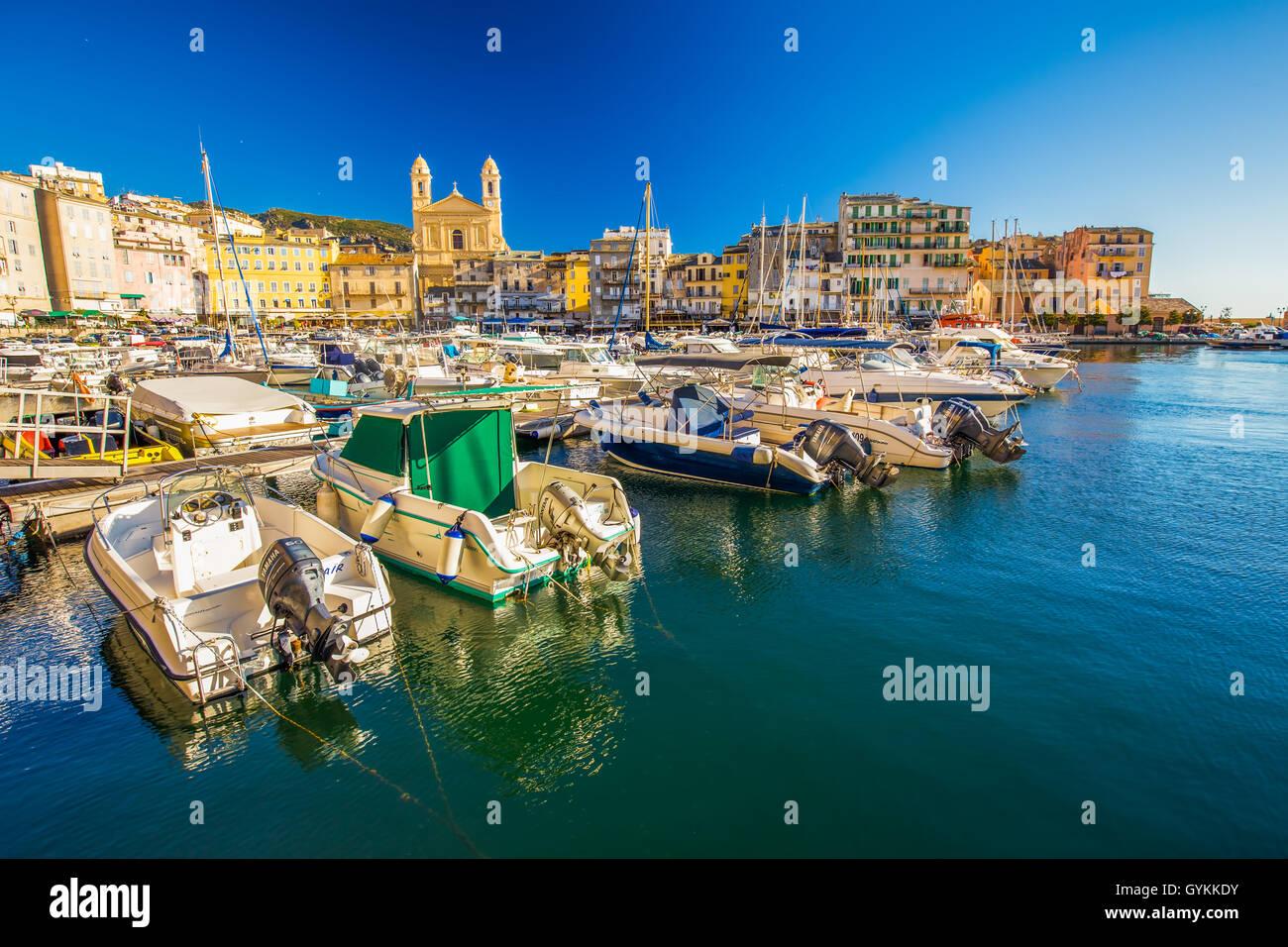 Blick zur Altstadt Stadt Zentrum von Bastia mit Joannis Babtistes Kathedrale und Boote im Hafen, Frankreich, Europa. Stockbild