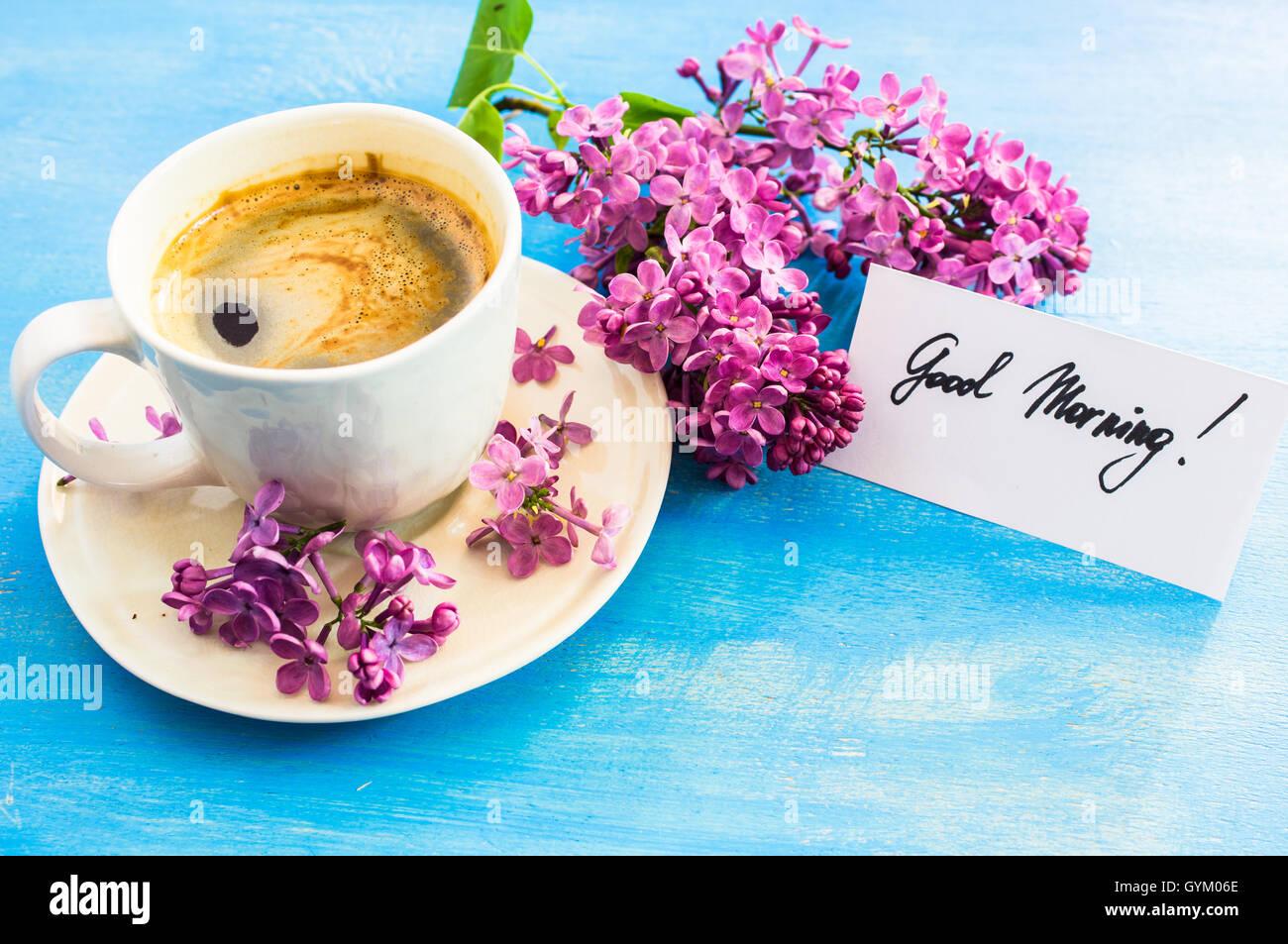 lila blumen und eine tasse kaffee mit beachten sie guten morgen auf rustikalen h lzernen. Black Bedroom Furniture Sets. Home Design Ideas