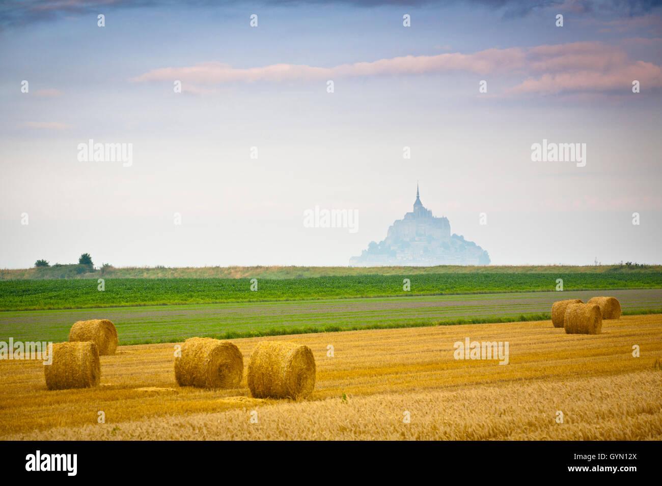 St Michael´s Mount und Ackerland mit Weizen Ballen, Manche Abteilung, Basse-Normandie Region, Normandie, Frankreich, Stockfoto