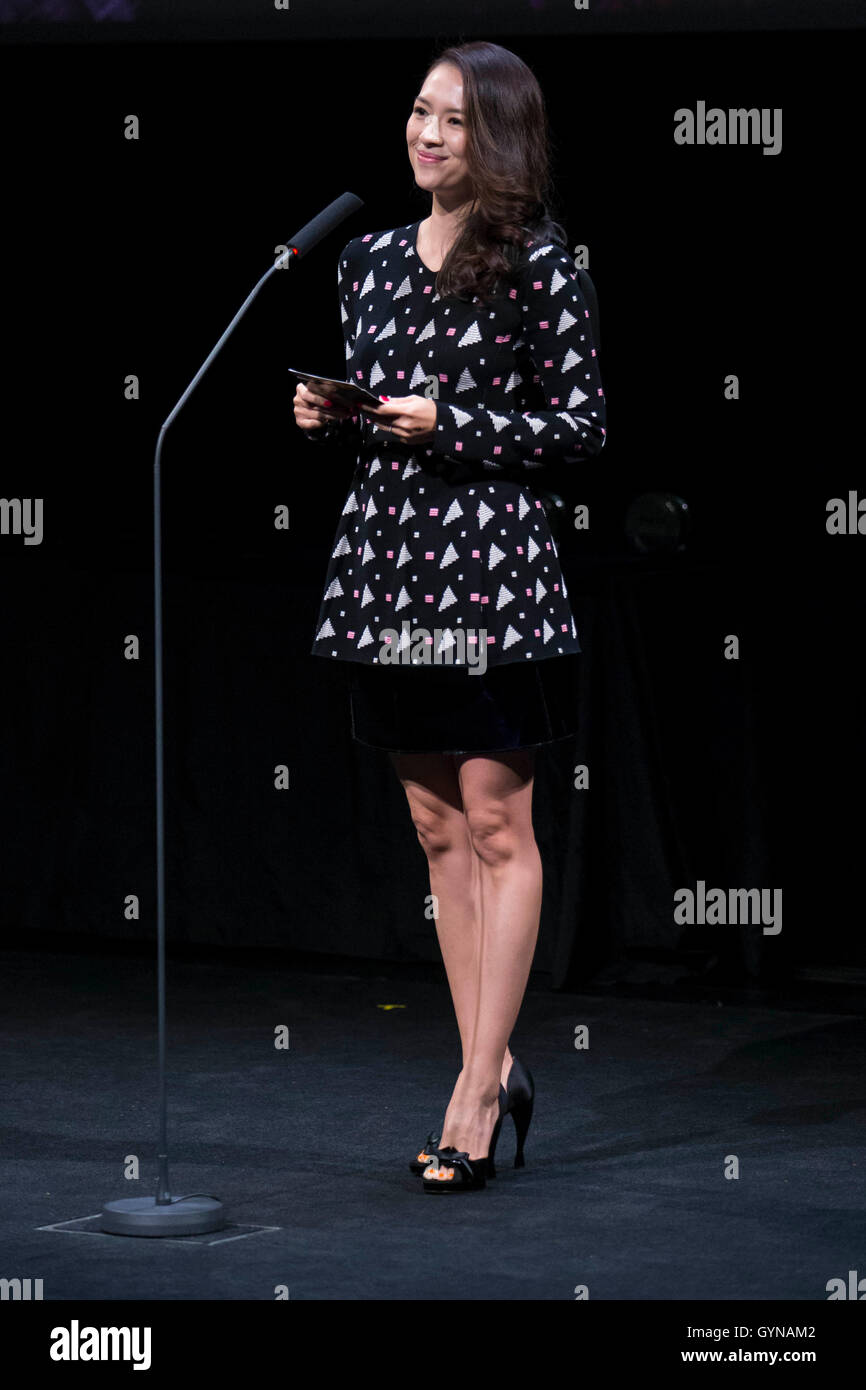 Toronto, Kanada. 18. September 2016. Jury-Mitglied und Schauspielerin Zhang Ziyi spricht bei der Preisverleihung Stockbild
