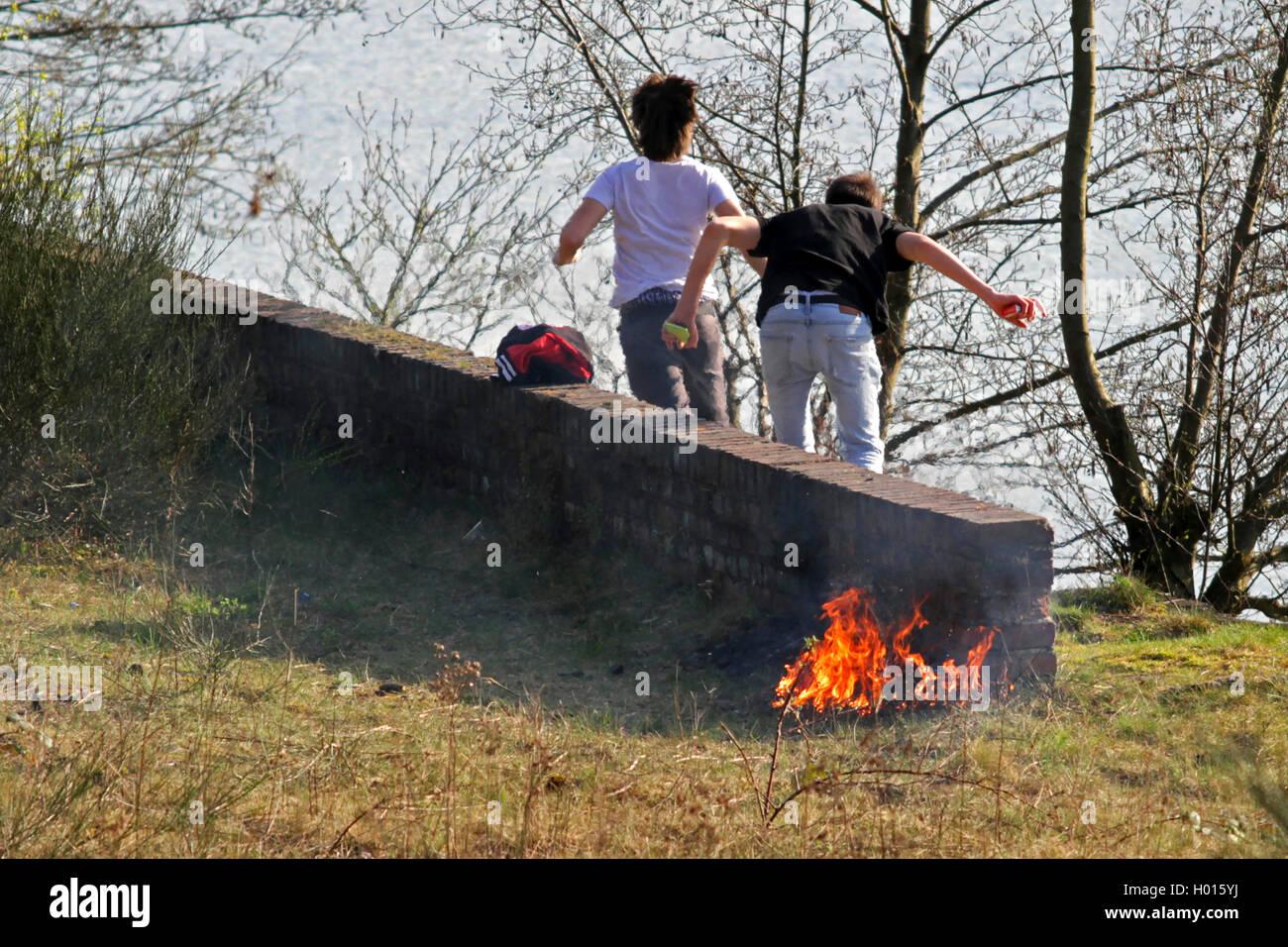 Jugendliche Entfachen Ein Feuer Und Ergreifen sterben Flucht, um Sich Einer Bestrafung Zu Entziehen, Deutschland Stockbild